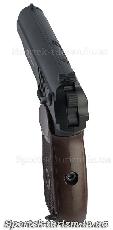 Вид с рукоятки пневматического пистолета Макарова калибра 4,5 мм