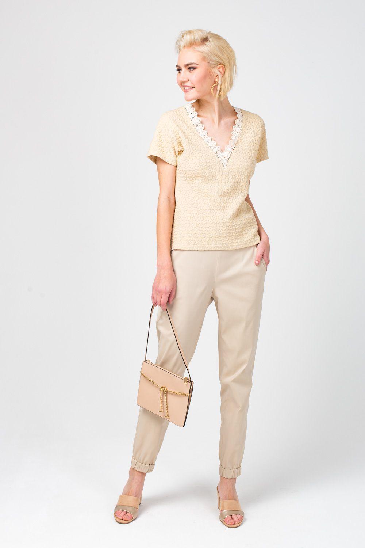 Т-шот М361-670 - Т-шот из фактурной ткани с оформлением выреза кружевной тесьмой позволяет создать элегантный и женственный образ. Модель полуприлегающего силуэта имеет продуманную длину, поэтому подобрать к ней юбку или брюки не составит труда. Такой т-шот восполнит нехватку в вашем гардеробе универсальных вещей.