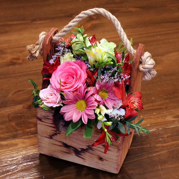 Композиция из живых цветов в деревянном ящике купить в Перми