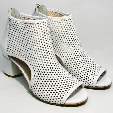 Белые ботильоны босоножки с закрытой пяткой. Женские летние ботинки босоножки на среднем каблуке Magnolya Summer White