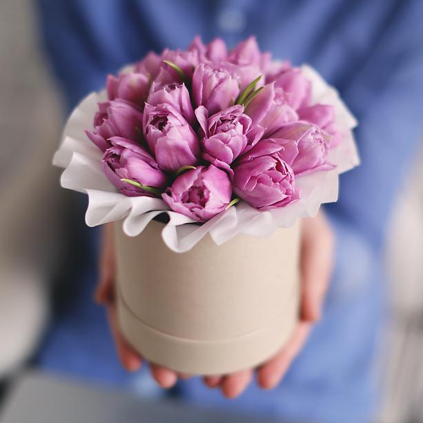 Купить букет тюльпанов в шляпной коробке в Перми