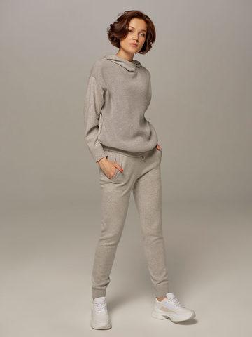 Женский джемпер светло-серого цвета с капюшоном - фото 5