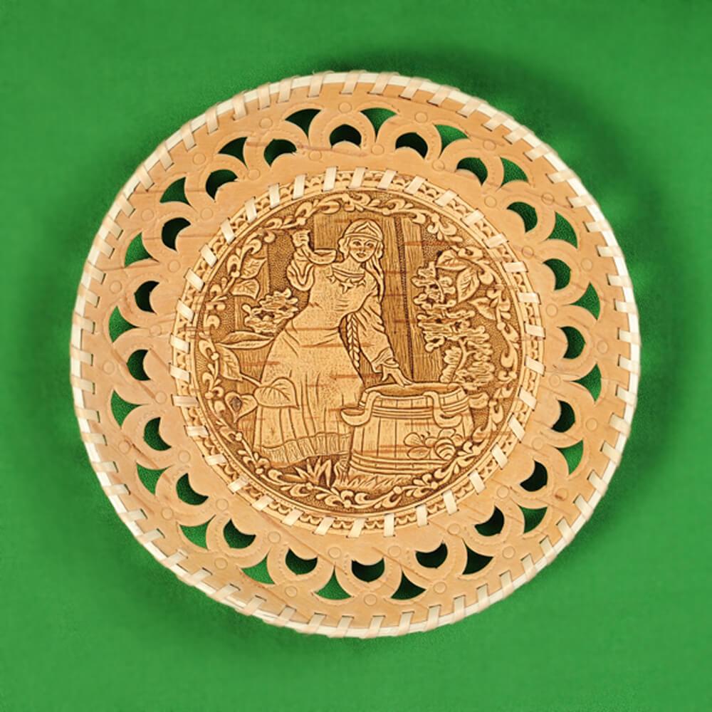 Тарелка круглая резная Девушка