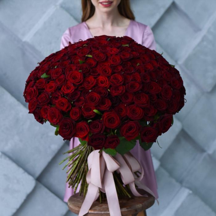 Купить роскошный букет высоких красных роз в Перми