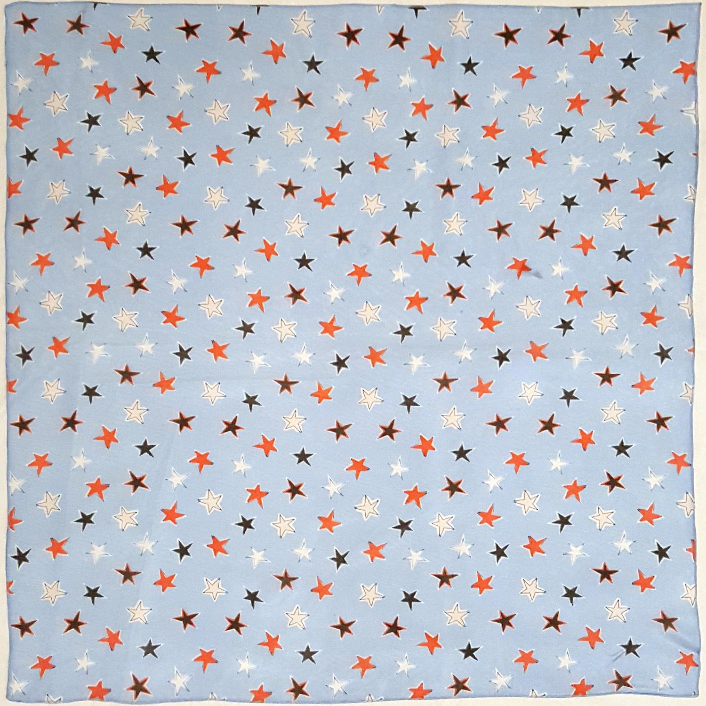 Платок У002-544 - Нежно голубой платок с яркими звездами скрасит любую непогоду и добавит в ваш образ чувственности и изысканности. Его можно элегантно завязать на сумочке, подчернить женственность повязав его узлом или чокером вокруг шеи. В составе ткани есть шелк, он обеспечивает дорогой блеск и долговечность рисунка платка.