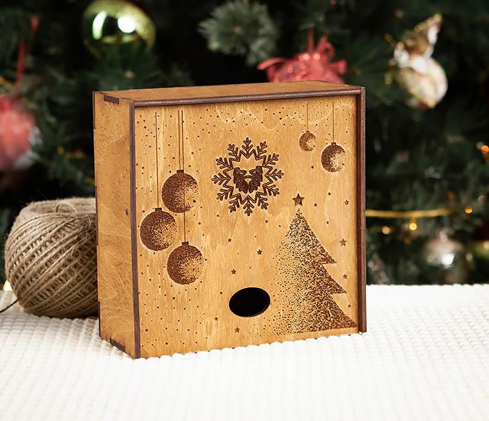 BOX203-2 Фирменная новогодняя коробка из дерева (17*17*7 см)