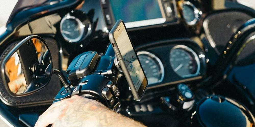 Крепление на вынос руля мотоцикла SP Connect SP Bar Clutch Mount на руле со смартфоном