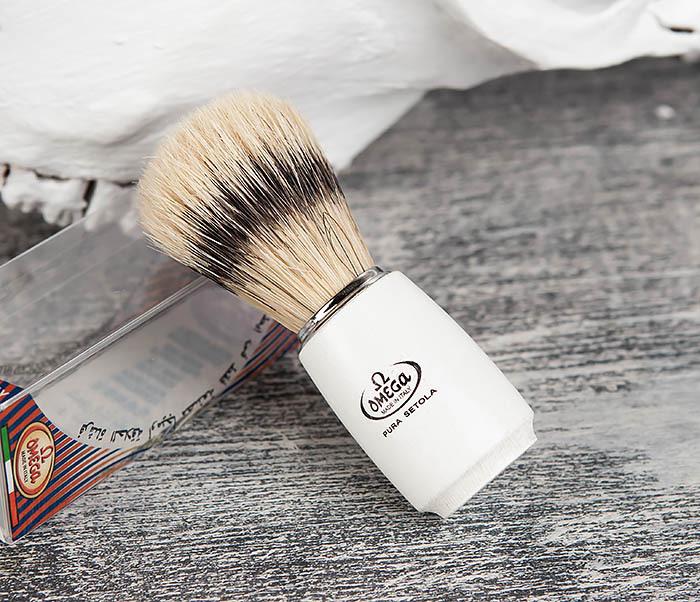RAZ11711 Помазок Omega с деревянной рукояткой белого цвета