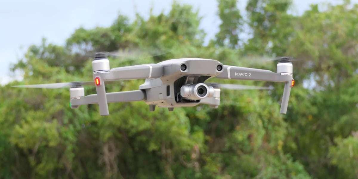 Квадрокоптер DJI Mavic 2 Zoom в полете