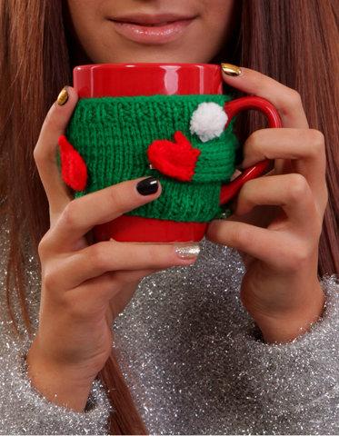 Чашка красная в вязаном зеленом свитере