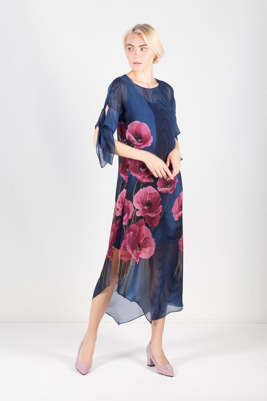 Платье З436-819 - Комбинированное двуслойное платье цвета деним. Нижнее платье прямого фасона однотонного цвета длиной на ладонь выше колена. Гармонично дополняет платье длинная верхняя часть с ассиметричным подолом. Привлекает внимание разрез до бедра с левой стороны платья, утонченно подчеркивая красоту женских ног.Верхняя часть сшита из легкого воздушного шифона в тон основного цвета платья. Флористические мотивы украшают общий образ и навевают летнее настроение. Женственно и романтично смотрятся завязки на рукавах.Романтические нотки платья придают ощущение чувственности и безмятежности