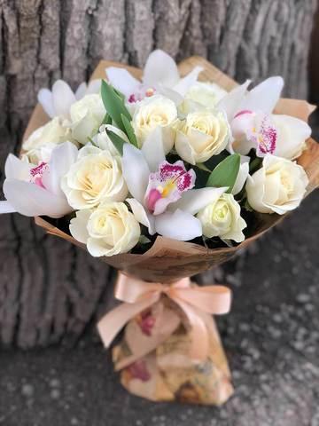 Букет из белых роз и белых орхидей