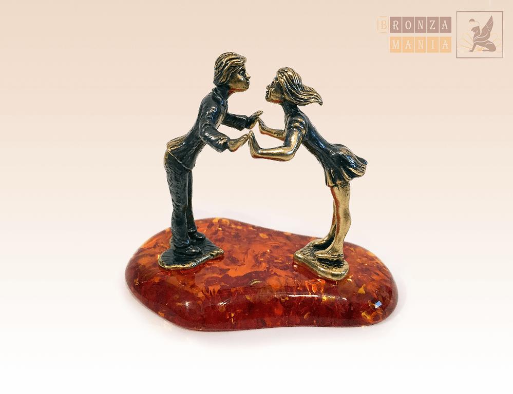 фигурка Целующиеся на янтаре вместе