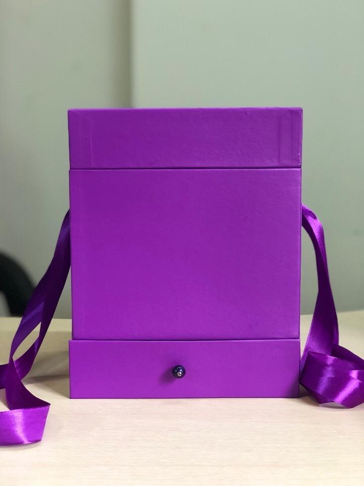 Квадратная коробка с отделением для подарка. Цвет: Фиолетовый  . В розницу 500 рублей .