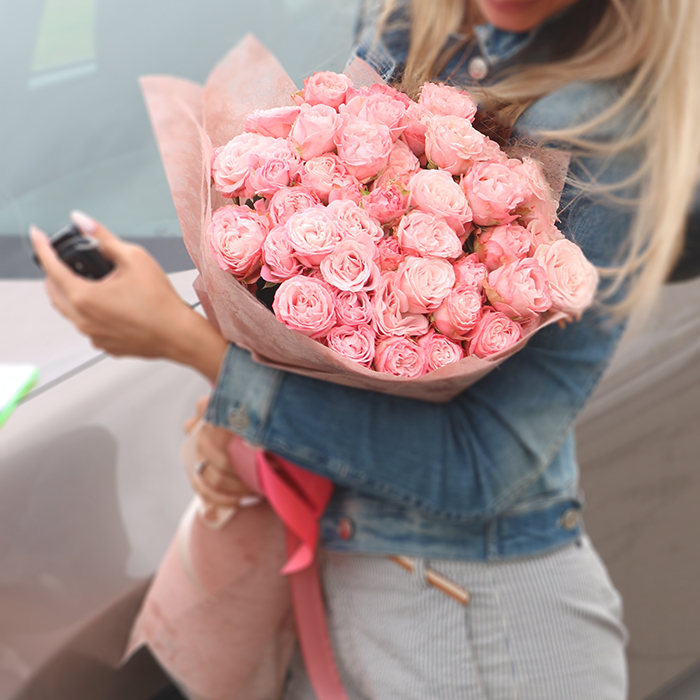 Купить вип букет шикарных кустовых пионовидных роз розовые кремовые коралловые лососевые в Перми доставка цветов