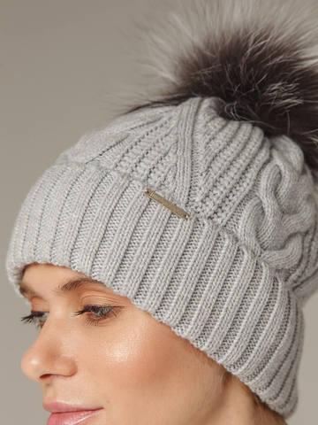 Женская шапка с фактурными косами и мехом - фото 4