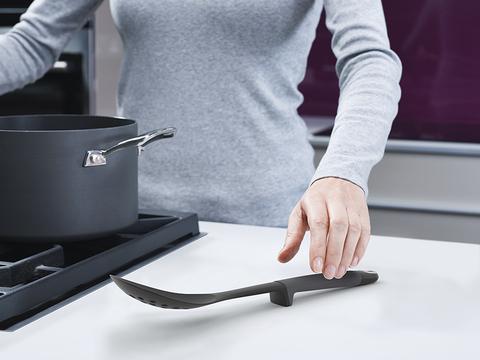 Набор из 6 кухонных инструментов Elevate с щипцами на подставке серый