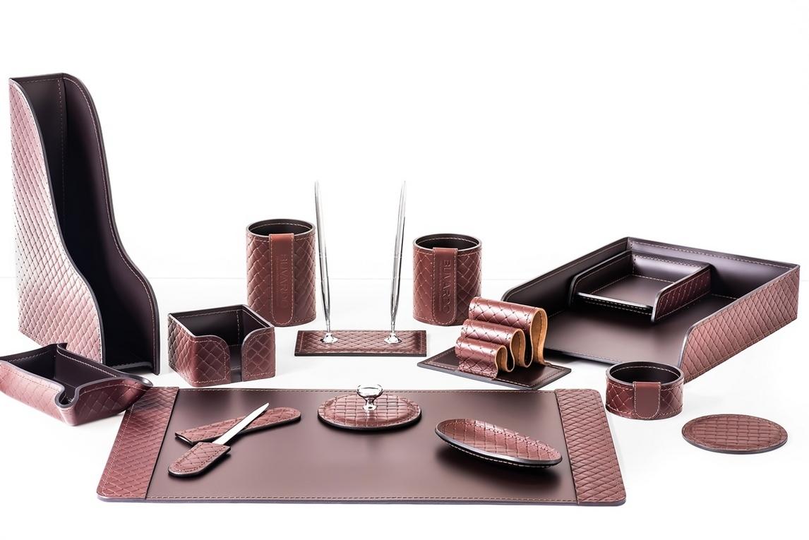 На фото настольный набор артикул 2166-AK Brown/шоколад из 15 предметов.