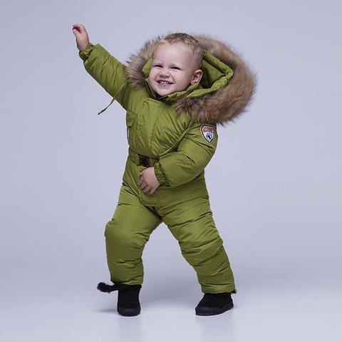 Детский однотонный зимний комбинезон зеленого цвета и опушкой из натурального меха