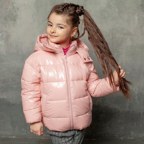 Демисезонная детская куртка розового цвета из лаковой плащевки