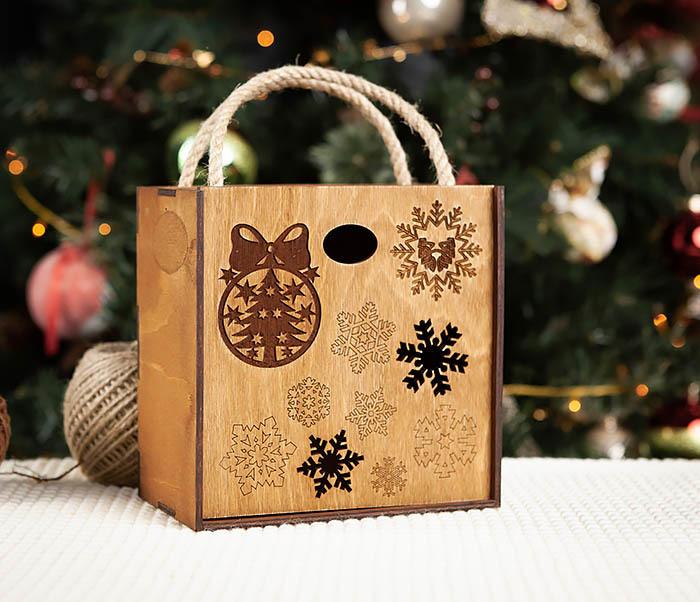 BOX202-2 Коричневая коробка из дерева со снежинками (17*17*10 см)