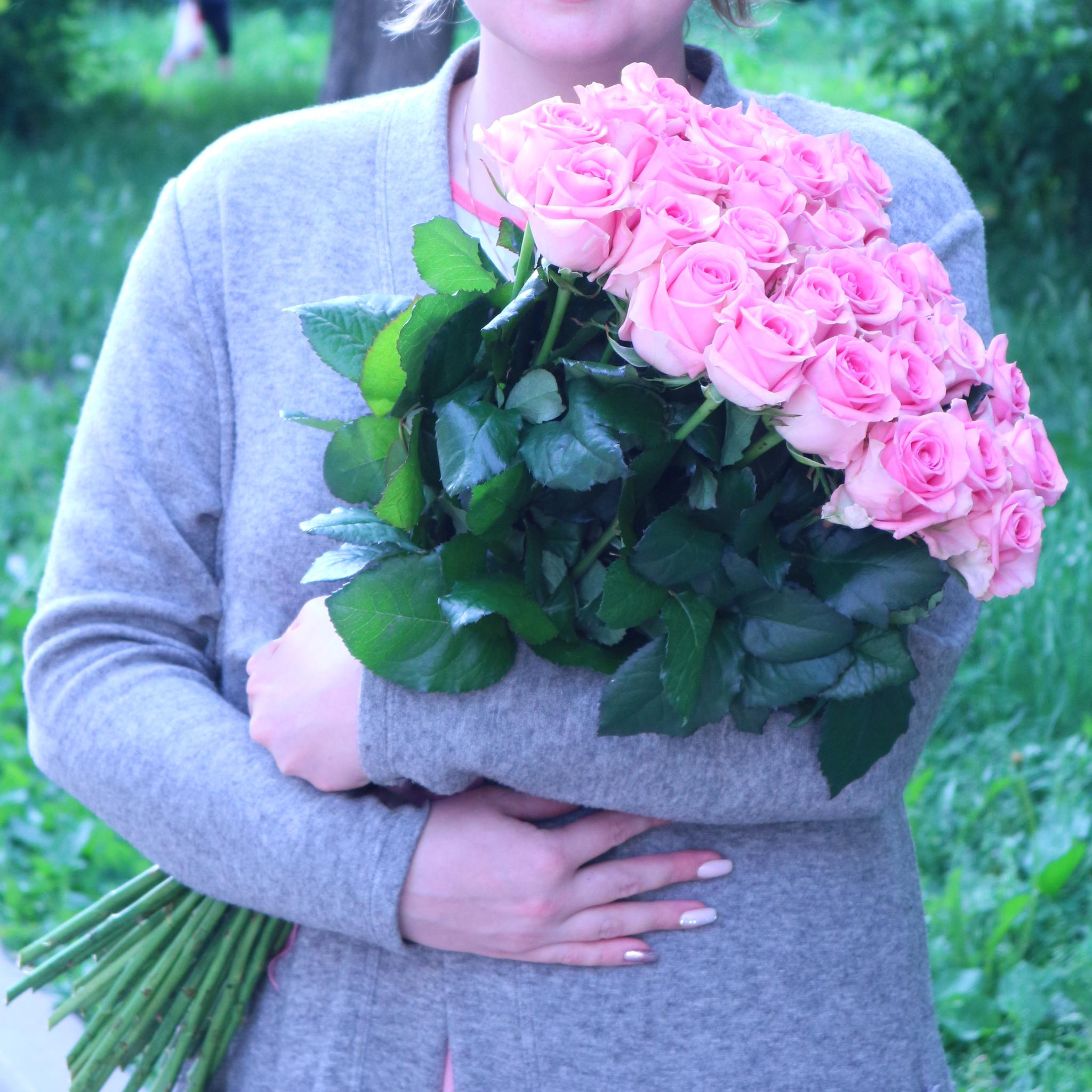 25 розовых роз высота 70см