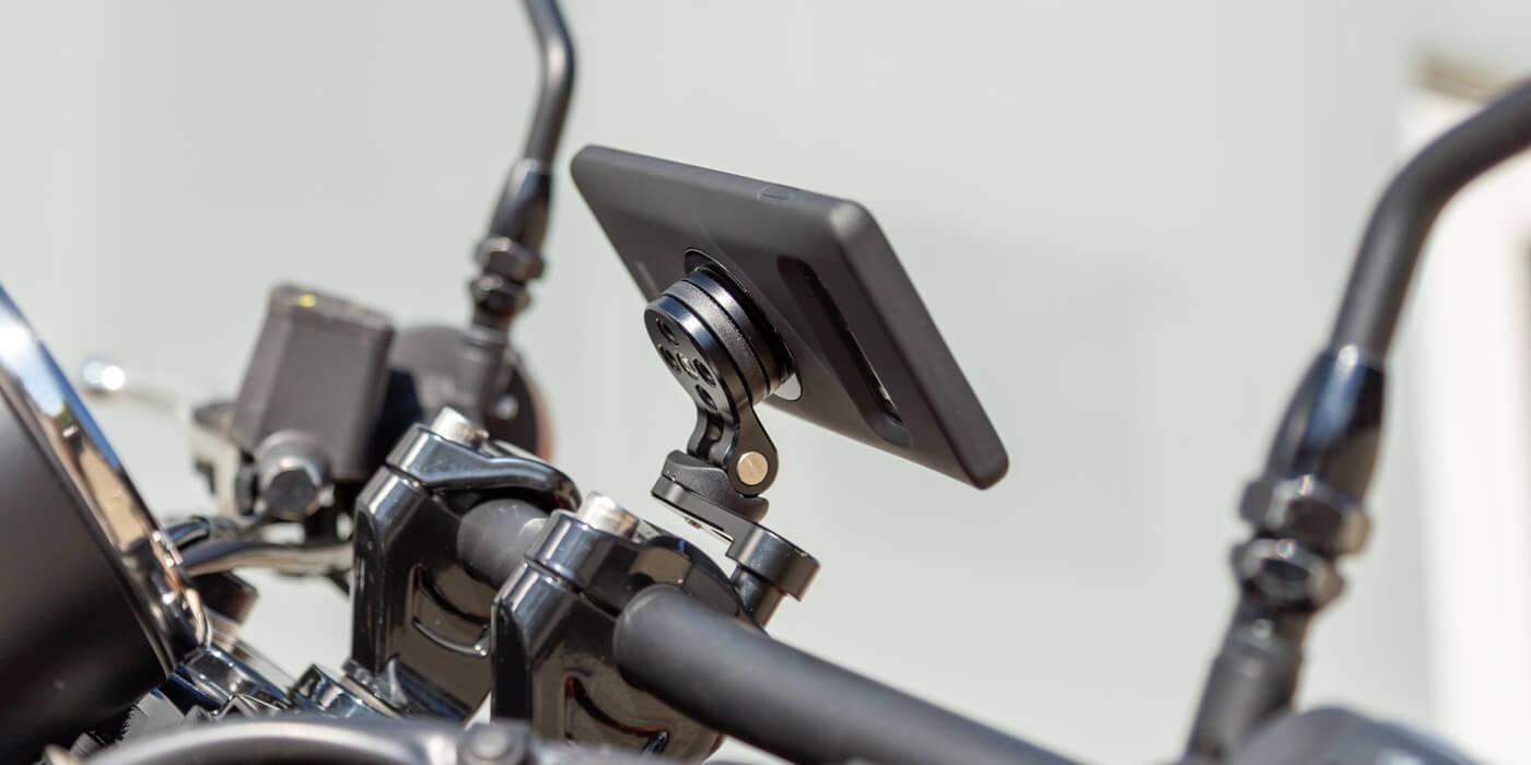Крепление на вынос руля мотоцикла SP Connect SP BAR CLAMP MOUNT PRO со смартфоном