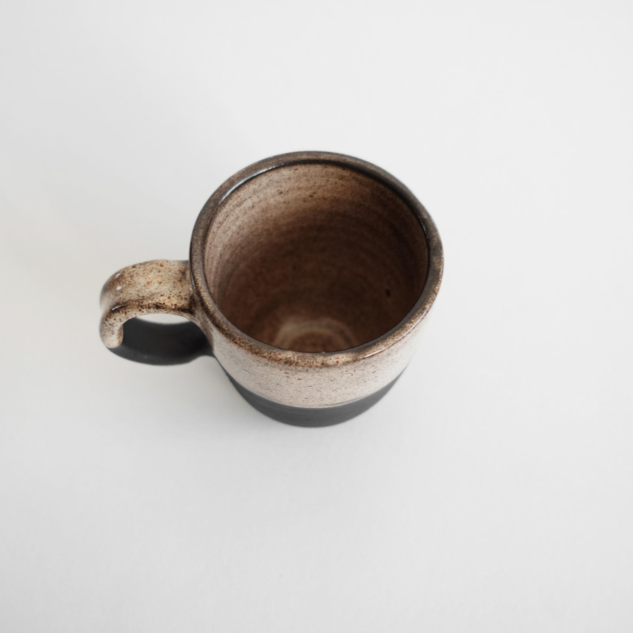 Кружка из черной глины ручной работы
