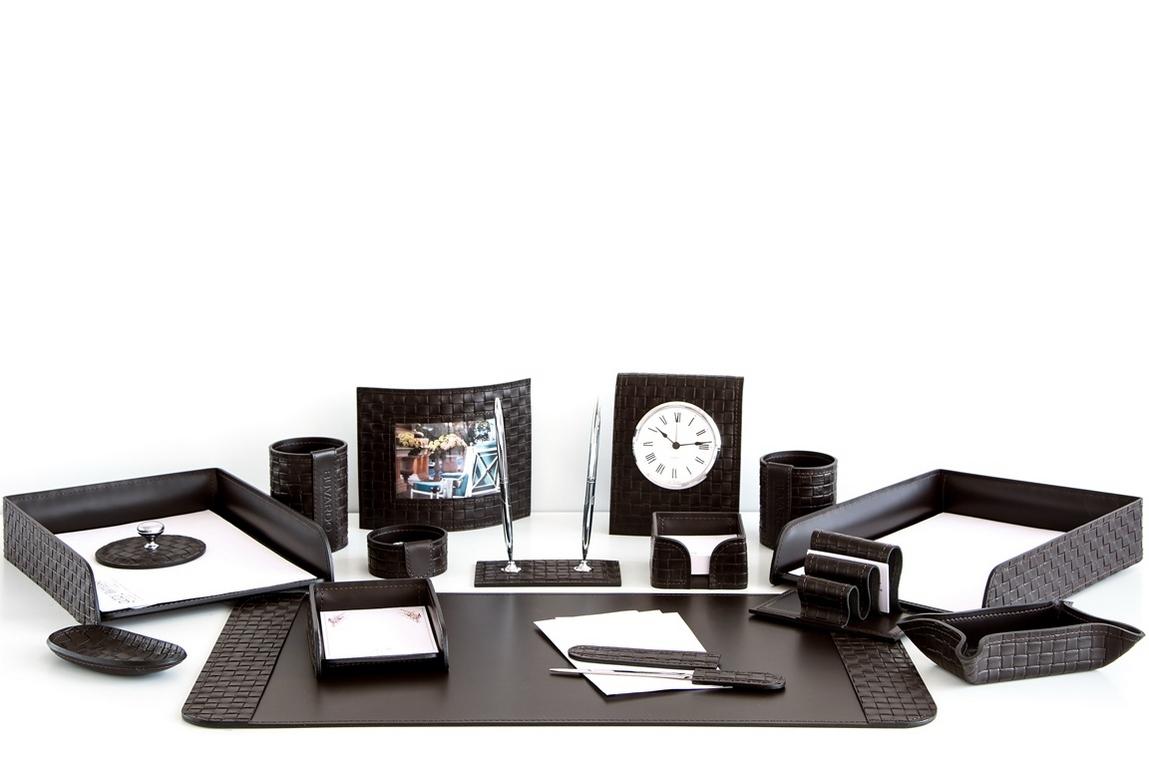 На фото набор на стол руководителя артикул 61315-EX/CT 16 предметов выполнен в цвете темно-коричневый шоколад кожи Cuoietto Treccia и Cuoietto. Возможно изготовление в черном цвете.
