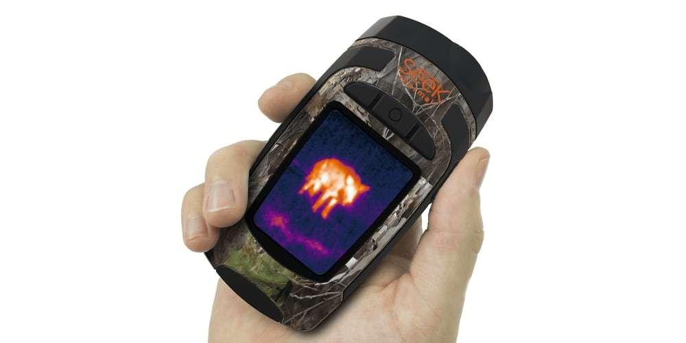 Тепловизор Seek Thermal Reveal XR (Camo) в руке