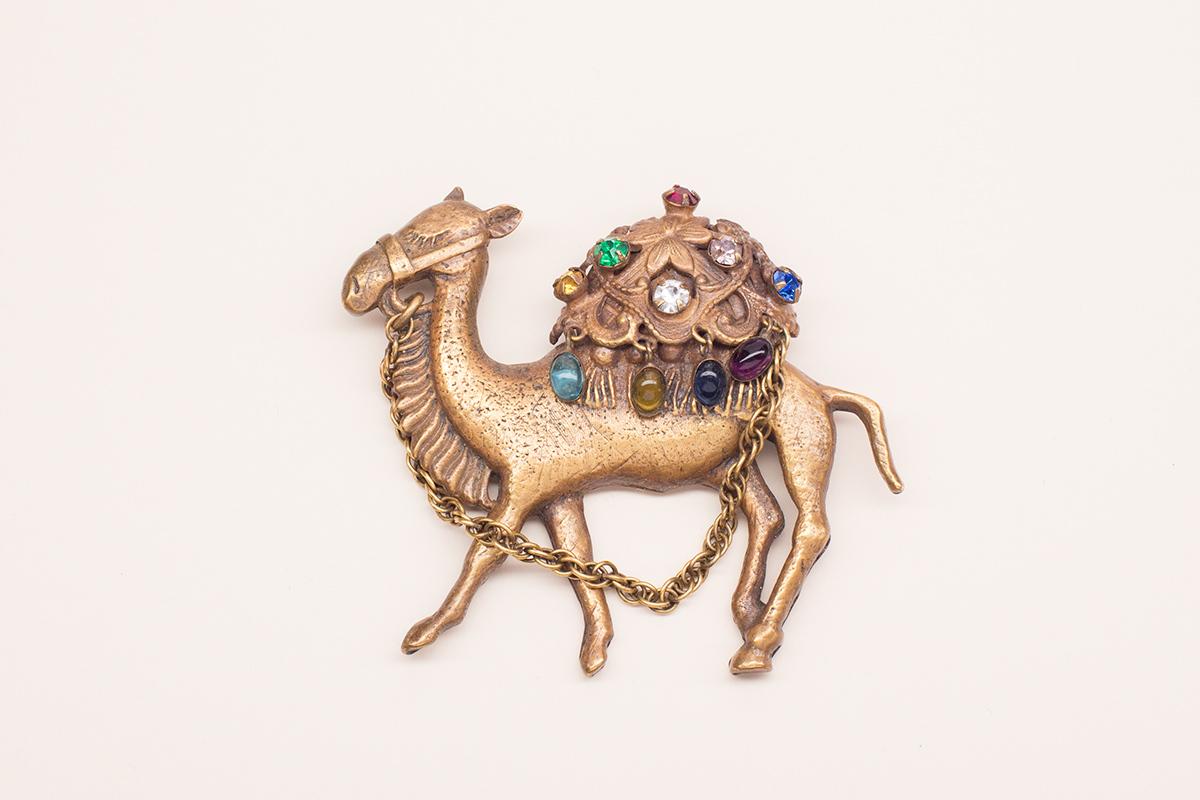 Культовая брошь в виде верблюда от Joseff of Hollywood.