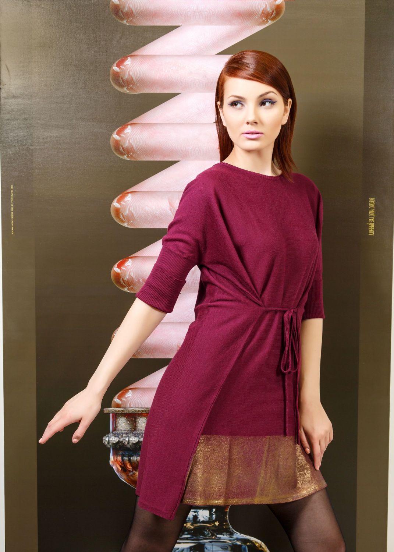 Платье З811-025 - Для девушек, желающих покорить гостей вечеринки соблазнительным образом, можно рекомендовать короткое платье длиной до колен с необычным сложным кроем. Модель с запахом завязывается спереди на тонкие симметрично расположенные завязки, соединяемые передние полочки выглядят как отдельный элемент наряда. Цельнокроеные рукава с широкими манжетами, юбка украшена широкой золотистой горизонтальной полосой.
