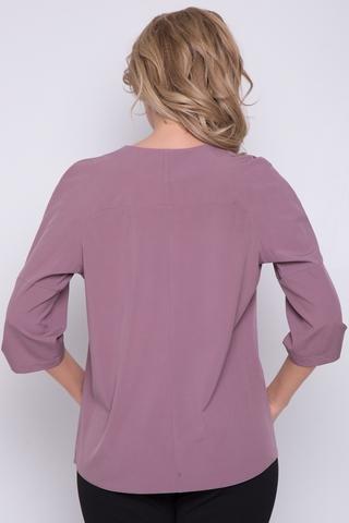 <p>Респектабельный блузон - то, что необходимо иметь в гардеробе всегда! Отличное решение для офисных будней. Рукав реглан с манжетом на патах с пуговицами. По горловине элегантные складки.</p>