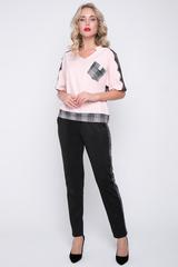 """<p>Костюмы от """"ELZA"""" всегда подчеркивают Вашу индивидуальность! Блузон свободного кроя на ножке. Линия плеча украшена французским кружевом. Брюки с лампасами из отделочной ткани, на резинке. Длины блуза/брюки: 46=59/101 см; 48=60/102см; 50=61/103 см; 52= 62/104см</p> <p>&nbsp;</p>"""