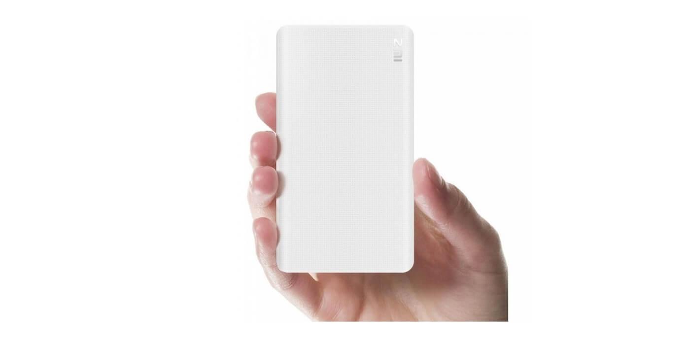 Внешний аккумулятор XIAOMI ZMI Power Bank 10000 mAh (белый) в руке