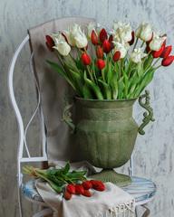 Тюльпаны в металлической вазе.