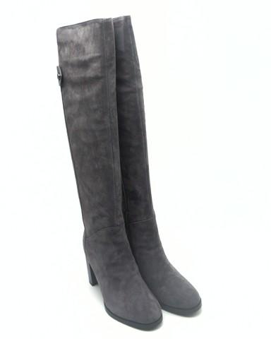 Ботфорты из натурального велюра на высоком каблуке.