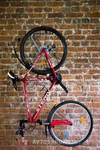 Крепление для хранения велосипеда вертикально вдоль стены