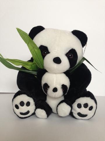 Панда с детёнышем и листьями бамбука, 25 см