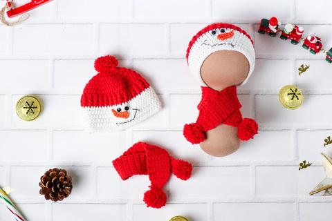 Вязаный комплект красный, шапка и шарф ручной работы для куклы - Снеговик