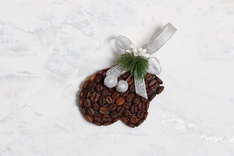 Новогодняя игрушка - сувенир. Варежка из кофейных зёрен хэнд мэйд