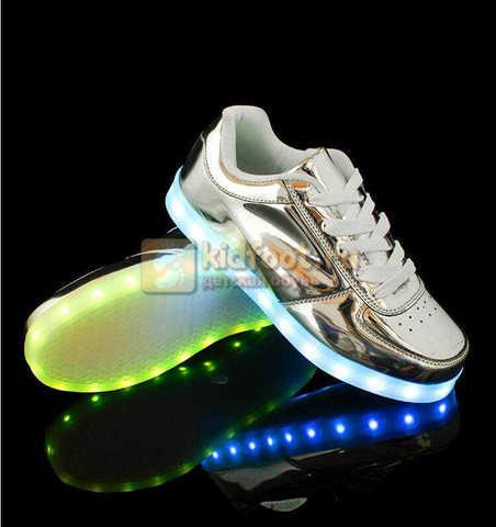 Светящиеся кроссовки с USB зарядкой Fashion (Фэшн) на шнурках, цвет серебряный, светится вся подошва. Изображение 3 из 6.