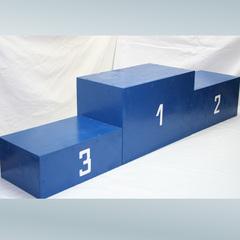 Пьедестал награждения (1, 2, 3 места).