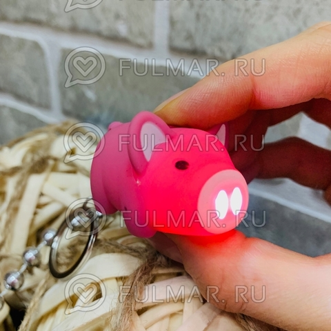Брелок Свинка-фонарик светящаяся и хрюкающая (4.5х3х3 см) Розовая