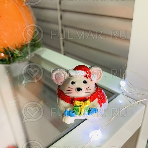 Талисман сувенир Мультяшная Мышка Funny Mouse символ 2020 в красном шарфе с подарочком