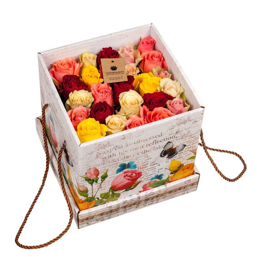 Коробка разноцветных роз