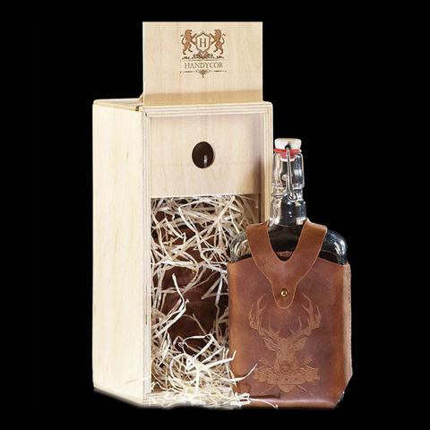 Бутылка стеклянная 0,75 л. «Малек», в чехле с тиснением Олень (темно-коричневый) и коробке