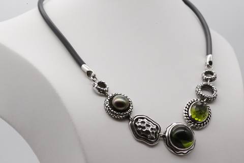 Колье с оливином и жемчугом из серебра 925