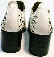 Кожаные ботильоны женские босоножки на среднем каблуке Arella 426-33 White.