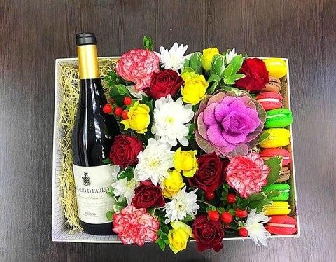 Цветы и macaron ( 10 шт.) + напиток  #1484